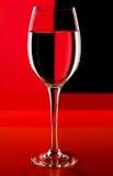 Wijnglazen op een gekleurde achtergrond. Royalty-vrije Stock Afbeeldingen