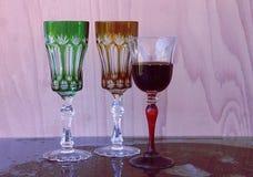 Wijnglazen op een lilac achtergrond Stock Afbeelding