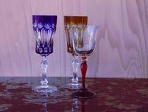 Wijnglazen op een lilac achtergrond Stock Fotografie