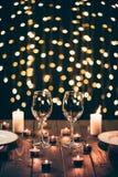 Wijnglazen op lijst met kaarsen Stock Afbeelding