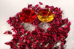 Wijnglazen op roze bloemblaadjesachtergrond Stock Afbeelding
