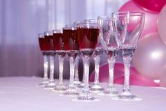 Wijnglazen rode wijn in rij Stock Afbeeldingen