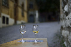 Wijnglazen voor twee minnaars op de straten van Neuchâtel zwitserland Stock Foto
