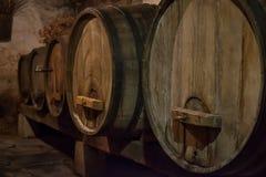 Wijnkelder met vaten oude wijn slovenië royalty-vrije stock afbeelding