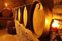 Wijnkelder met vaten in warme verlichting royalty-vrije stock foto