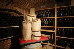 wijnkelder met wijn, vaten en zakken royalty-vrije stock afbeeldingen