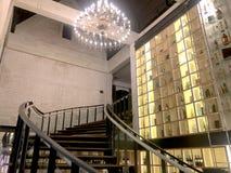 Wijnkelder met wijnfles op plank, klassieke binnen met houten treden en Kroonluchter stock afbeelding
