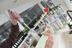 Wijnkwaliteitscontrole het testen in laboratorium Stock Afbeeldingen