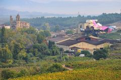 Wijnmakerijen van Marques de Riscal in Rioja-alavesa in de herfstseizoen, Spanje royalty-vrije stock afbeeldingen