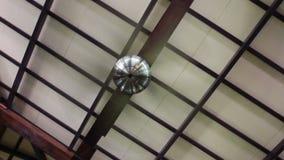 Wijnoogst die elektrische ventilator van ruimteplafond hangen stock video