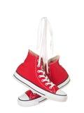 Wijnoogst die rode gebonden schoenen hangt stock fotografie