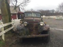 Wijnoogst dilapidated pick-up op landbouwbedrijf Stock Foto