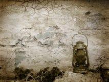 Wijnoogst gebarsten muur met oude lamp Stock Fotografie
