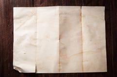 Wijnoogst gebroken leeg gevouwen en verfrommeld document op donkere houten lijst Stock Afbeeldingen