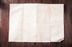 Wijnoogst gebroken leeg gevouwen en verfrommeld document op donkere houten lijst Stock Foto's