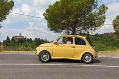 Wijnoogst gestemde auto Fiat 500 Stock Afbeeldingen