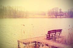 Wijnoogst gestileerde foto van bank bij het meer Royalty-vrije Stock Foto