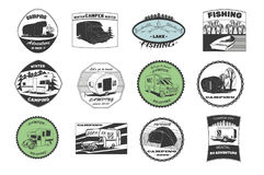Wijnoogst het kamperen en openluchtavonturenemblemen, emblemen en kentekens Het kamperen apparatuur Kampaanhangwagen in het bos vector illustratie