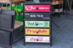 Wijnoogst nightstand of kast in pop-artstijl voor verkoop bij oude Jaffa-Vlooienmarkt stock foto