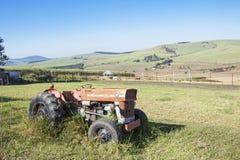 Wijnoogst Verlaten Tractor in Sugar Cane Farm Landscape Royalty-vrije Stock Foto