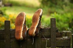 Wijnoogst versleten tennisschoenen droog op een houten omheining royalty-vrije stock fotografie