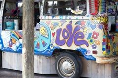 Wijnoogst volkswagon met hippiedecoratie die wordt verfraaid Stock Foto's