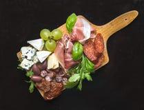 Wijnreeks die uit gerookt vlees, worsten, kaas, druiven, CH bestaan royalty-vrije stock afbeeldingen