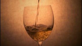Wijnstok het Gieten aan Wijnstokglas stock videobeelden