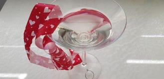 Wijnstokglas met kleine diamantring op de bodem stock afbeeldingen