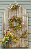 Wijnstokken en bloemen op een muur Royalty-vrije Stock Afbeelding
