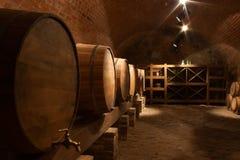 Wijnvatten in kelder royalty-vrije stock foto