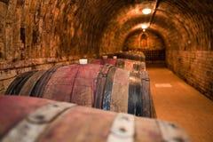 Wijnvatten in de kelder Stock Afbeeldingen