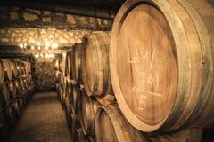 Wijnvatten in de kelder royalty-vrije stock afbeeldingen