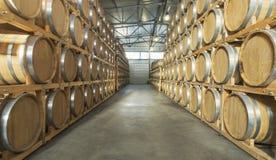 Wijnvatten in de kelder van de wijnmakerij worden gestapeld die royalty-vrije stock afbeeldingen