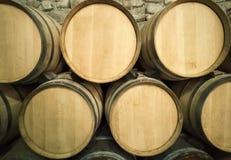 Wijnvatten in de kelder van de wijnmakerij worden gestapeld die royalty-vrije stock fotografie