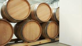 Wijnvatten in de kelder van de wijnmakerij worden gestapeld die stock footage