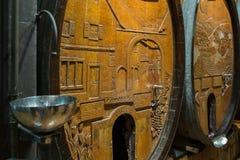 Wijnvatten in de oude kelder Stock Fotografie