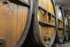 Wijnvatten in de oude kelder Stock Afbeelding
