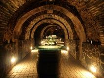 Wijnvatten in de oude kelder Stock Foto's