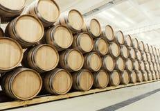 Wijnvatten in de oude kelder worden gestapeld die stock afbeeldingen