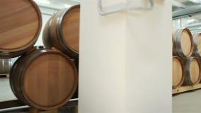 Wijnvatten in de oude kelder worden gestapeld die stock videobeelden