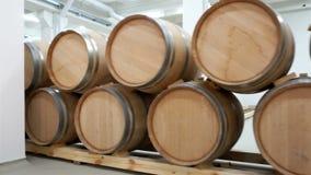 Wijnvatten die in de oude kelder van wijnmakerij worden gestapeld stock footage