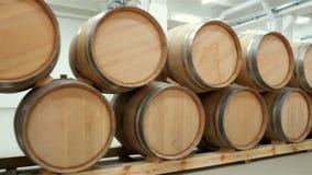 Wijnvatten die in de oude kelder van wijnmakerij worden gestapeld stock videobeelden