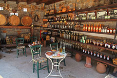 Wijnvatten en flessen in de oude kelder van een wijnmakerij Royalty-vrije Stock Foto