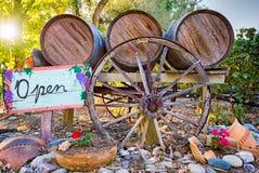 Wijnvatten en Open Teken voor een Wijnmakerij van New Mexico stock fotografie