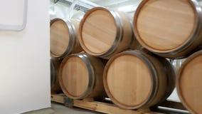 Wijnvatten in oude kelder van de wijnmakerij worden gestapeld die stock video