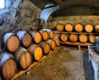 Wijnvatten in wijnkelders in orde Wijnvatten in de oude kelder worden gestapeld die stock afbeelding