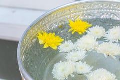 Wijwater in zilveren kom boeddhisme in tempel in geel en wit Thailand royalty-vrije stock fotografie