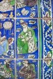Wijze oude mens met boeken op een fragment van keramische tegels in de traditionele Perzische die stijl, sinds de 19de eeuw in Ir Royalty-vrije Stock Fotografie