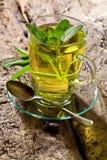 Wijze thee en wijze bladeren Infusie van wijze bladeren wordt gemaakt dat Geneeskrachtige officinalis van kruidsalvia royalty-vrije stock foto's